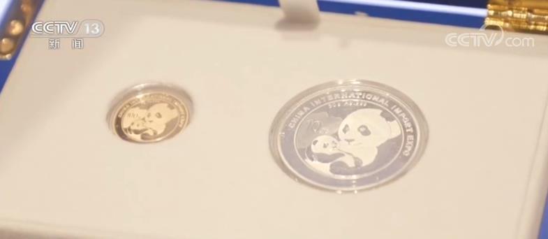 """央视网消息:第二届中国国际进口博览会将于11月5日在上海举行,目前各项筹备工作进展顺利。昨天(18日),本届进博会的国展文创馆对外开业,包括熊猫金银纪念币在内的上百款进博会衍生产品正式亮相。这也是进博会首次开设文创馆。    全新亮相的文创馆位于第二届进博会主场馆国家会展中心的商业广场。近400平米的馆内有上百款进博会衍生产品,包括""""进宝""""玩偶、LOGO徽章,还包括文具、服饰、家具以及邮政类衍生产品。这其中,还有专门为本届进博会制作的""""熊猫加字金银纪念币&rdquo"""