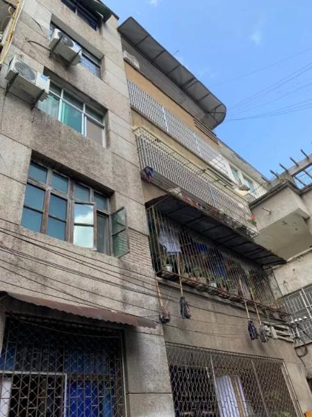 張富清1984年離休,他和老伴一直居住在這座老式居民樓里。