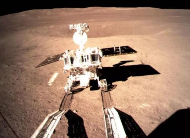 """圖為嫦娥四號月球車""""玉兔二號""""在月背留下人類探測器的首道印跡"""