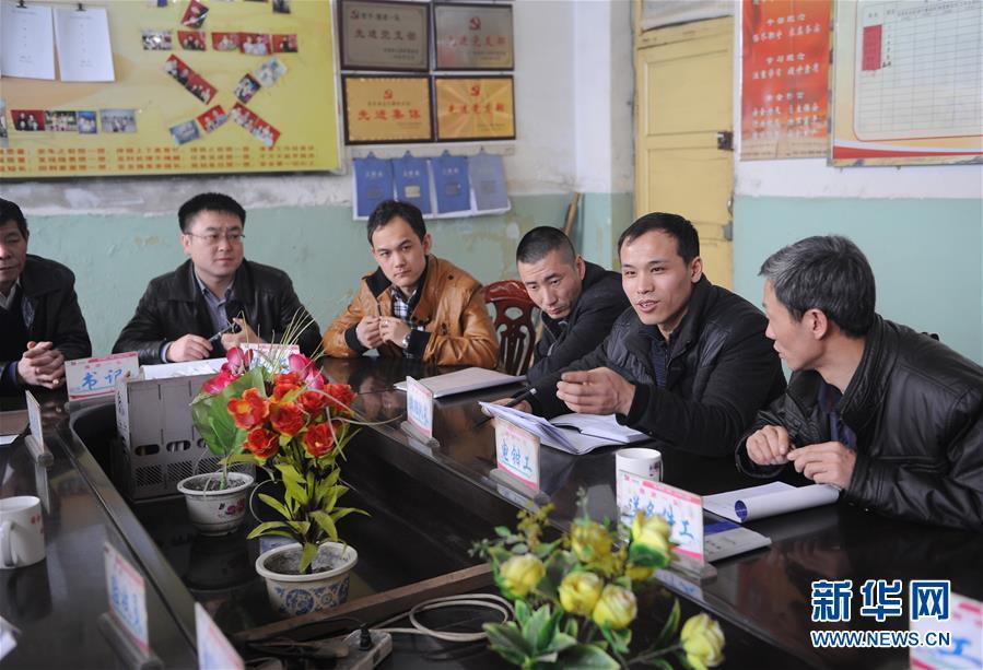 全国人大代表、山西焦煤西山煤电杜儿坪煤矿的董林(右二)在和工友们座谈(2013年2月26日摄)。新华社记者 燕雁 摄