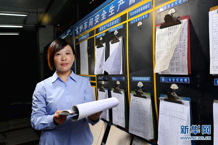 首批农民工全国人大代表之一胡小燕在曾经工作过的陶瓷厂检查职工权益保护工作(2013年11月5日摄)。新华社记者 刘大伟 摄