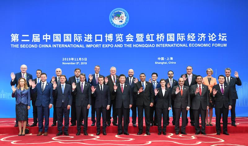 11月5日,第二届中国国际进口博览会在上海国家会展中心开幕。国家主席习近平出席开幕式并发表题为《开放合作 命运与共》的主旨演讲。这是开幕式前,习近平同外方领导人集体合影。
