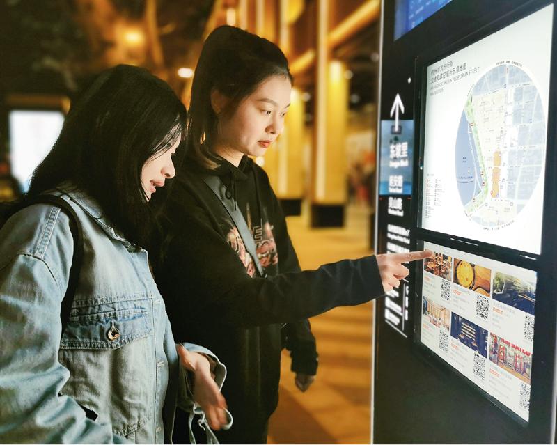创新行政管理与服务方式,能有效提高政府执行力和公信力,以实实在在的成效取信于民。图为2019年10月29日,在杭州市湖滨步行街入口处,两位游客正使用智慧导视牌查看街区内的生活服务信息。 周纪强/摄