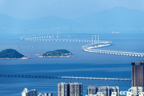 港珠澳大桥于2018年10月24日上午9时正式通车。港珠澳大桥全长55公里,集桥、岛、隧于一体,是世界最长的跨海大桥。