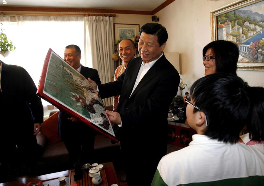 2009年1月10日,习近平来到澳门普通市民胡祖杰家中探访,了解他们生活、工作情况。