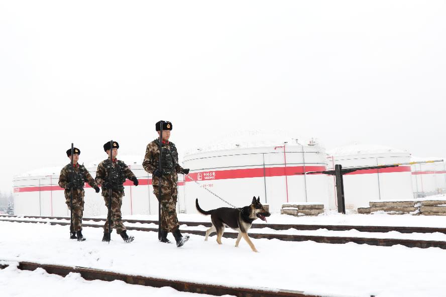 針對降雪天氣,官兵加強巡邏確保安全