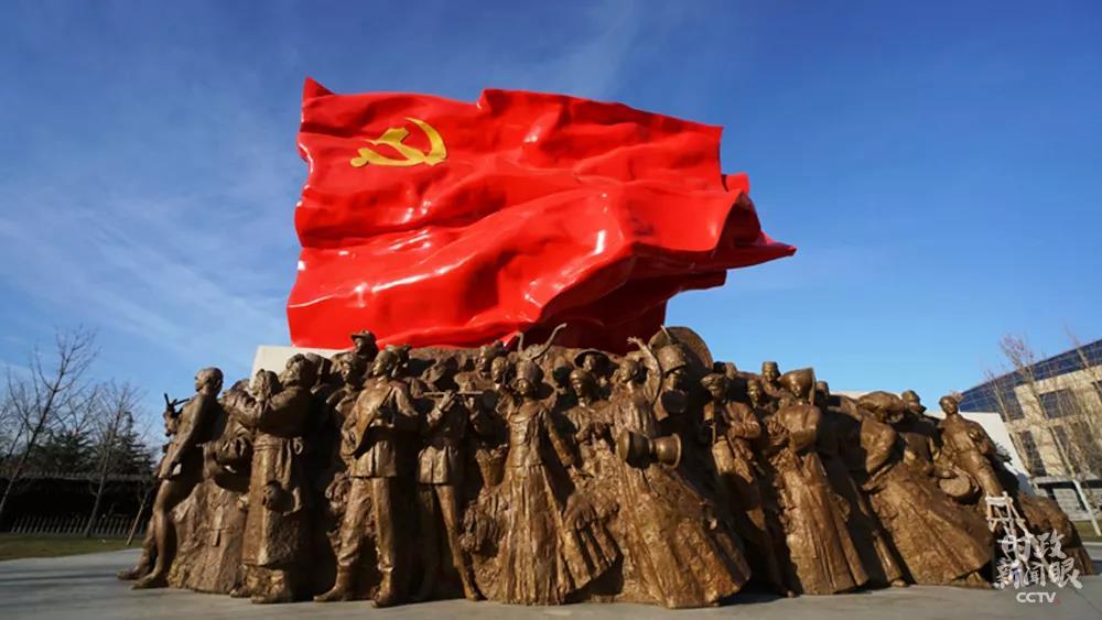 △坐落于中央党校的大型组雕《旗帜》,刻画了中国特色社会主义建设者昂扬的精神风貌。(来源:中央党校官网)
