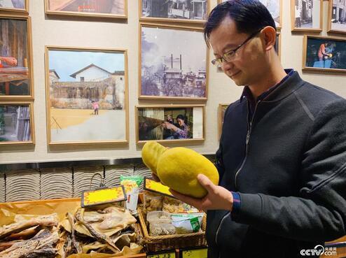 """包小斌从老家赣县找到了纯手工制作的""""黄元米果""""。"""