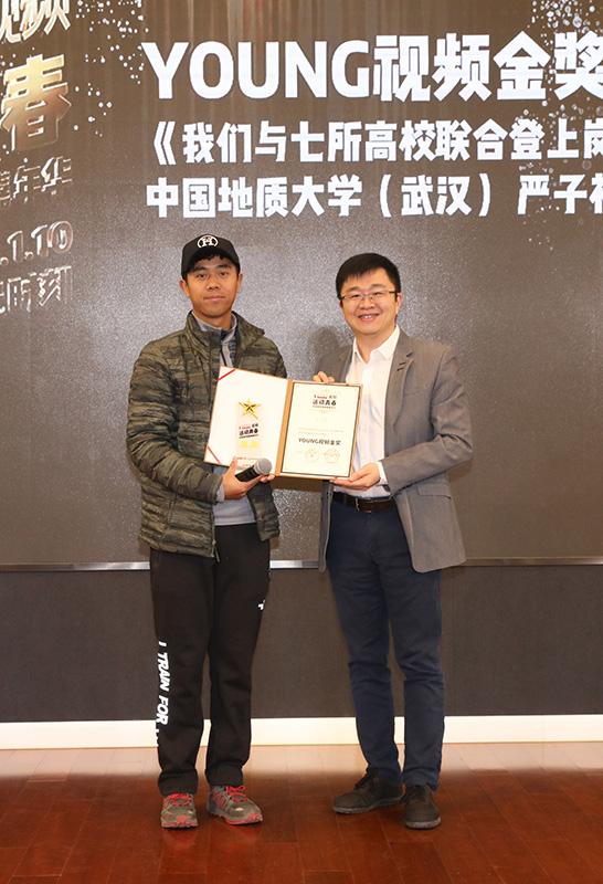 央视网影音事业群总经理、未来电视CEO李鸣为金奖选手颁发证书