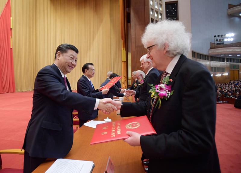 1月10日,2019年度国家科学技术奖励大会在北京人民大会堂隆重举行。这是习近平等党和国家领导人同获得2019年度国家最高科学技术奖的原中国船舶重工集团公司第七一九研究所黄旭华院士和中国科学院大气物理研究所曾庆存院士一道,为获得国家自然科学奖、国家技术发明奖、国家科学技术进步奖和中华人民共和国国际科学技术合作奖的代表颁发证书。新华社记者 李学仁 摄