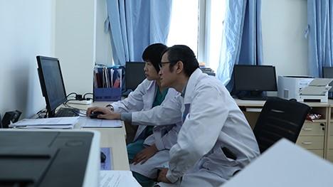 陈静瑜医生与陈文慧医生在探讨患者术后康复方案