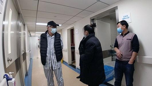 患者和陪护家属在病房走廊交流