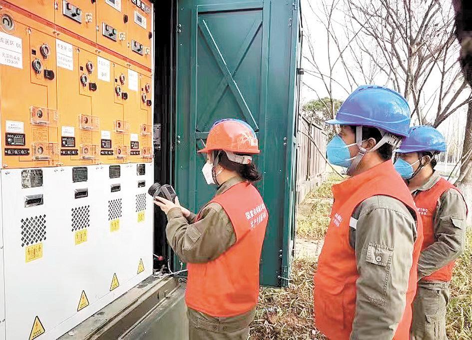 供电部门检查供电线路,确保救治医院安全用电。