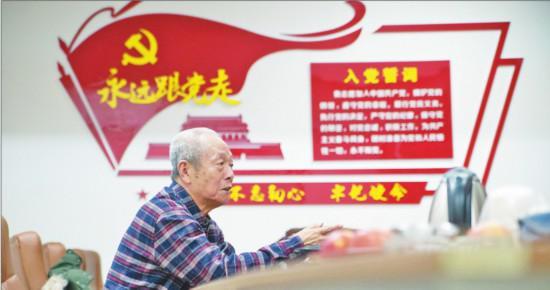 """1月26日晚,黑龙江省大庆市第二医院退休主任医师张景道来到大庆市卫健委,递交""""请战书"""",请求参战。"""