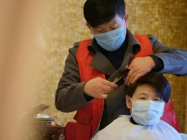 残疾人理发师上《新闻联播》:拥有5家理发店,为医护人员免费剪发
