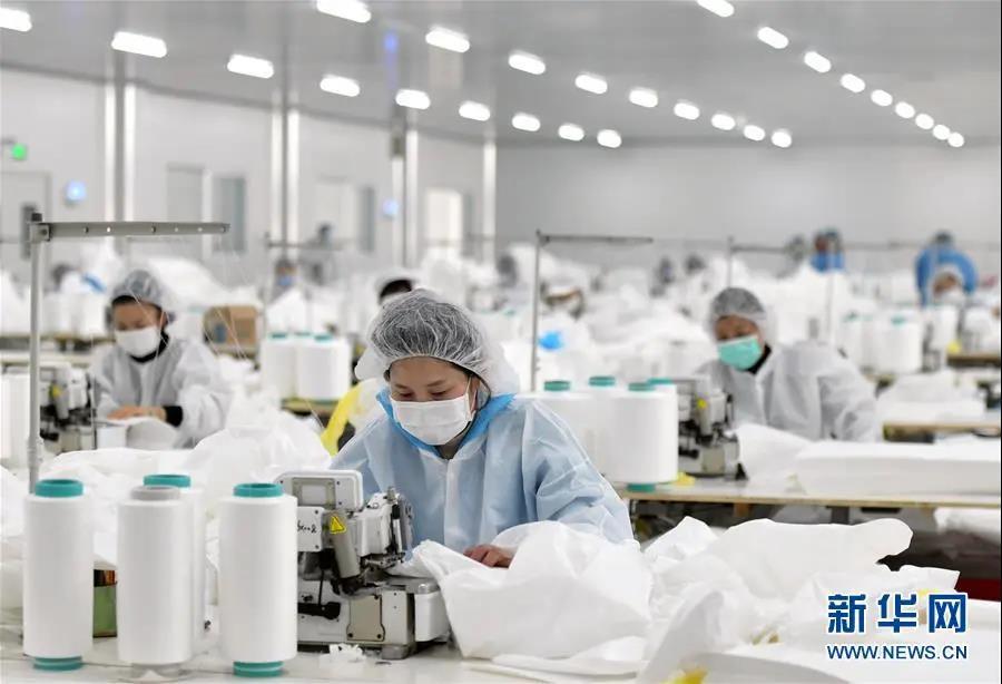 在位于湖北省仙桃市的湖北裕民防护用品有限公司生产车间内,工人们加紧生产医用防护用品(1月28日摄)。新华社记者 李贺 摄