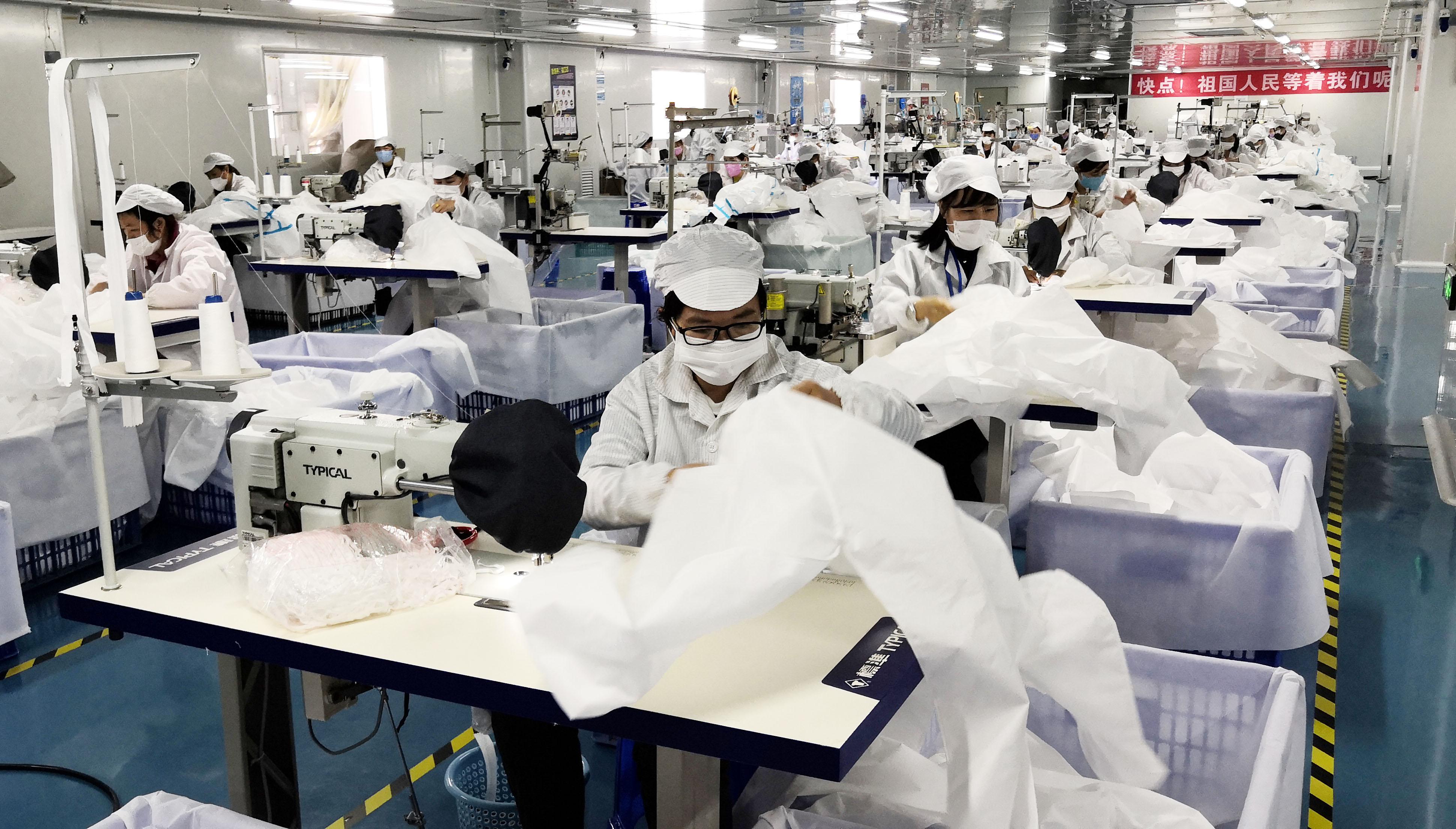 2月23日,深圳市一家醫療用品企業員工在車間加工防護用品。