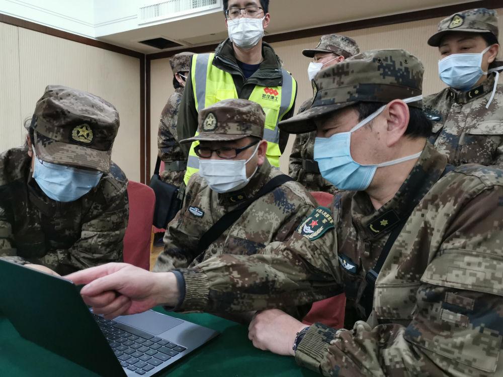 武汉火神山医院综合科主任毛青(右一)在火神山医院研究布置病房防护措施(2月5日摄)。新华社记者 黎云 摄