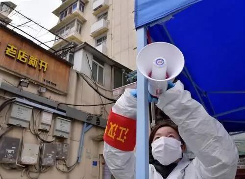 2月10日,下沉到德望社区的武汉市园林局职工杨丽青在调试播放防疫事项的扩音喇叭。新华社记者 李贺 摄