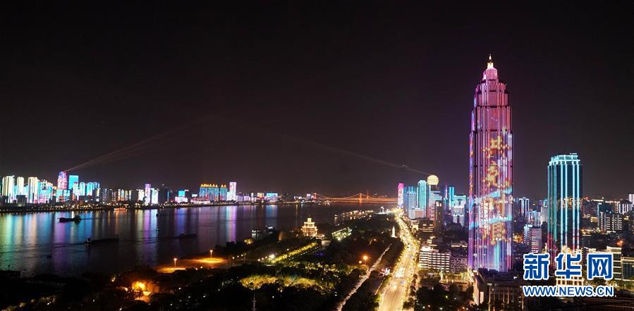 """武汉夜晚的""""战疫灯光秀""""(4月14日摄)。 新华社记者王毓国摄"""