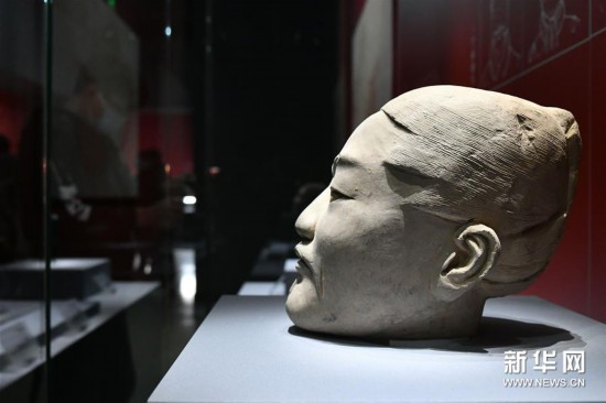 這是展出的武士俑頭部(4月24日攝)。新華社記者 朱崢 攝