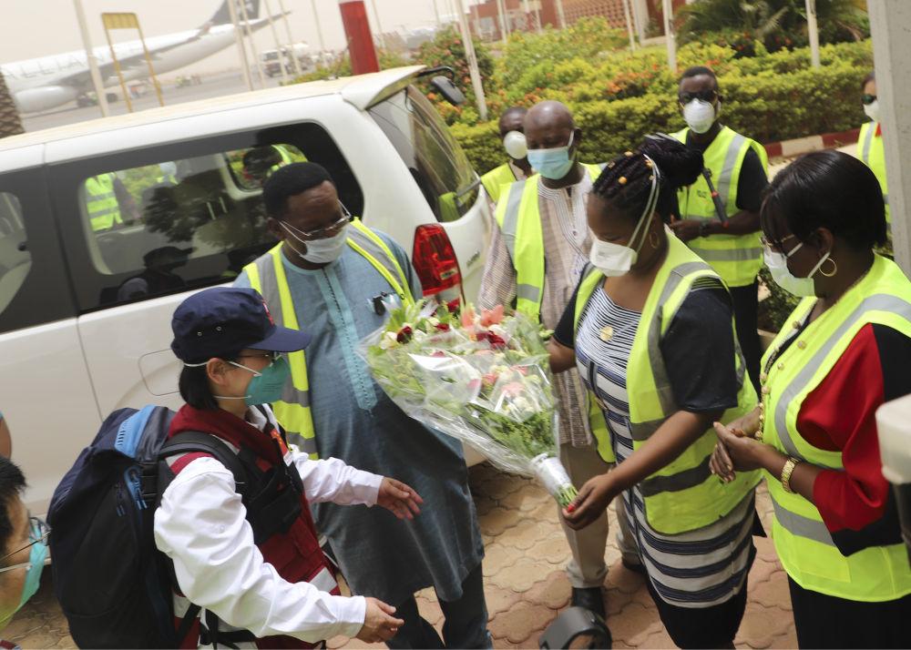 4月16日,在布基纳法索首都瓦加杜古,布方代表欢迎中国政府派遣的抗疫医疗专家组专家。新华社发
