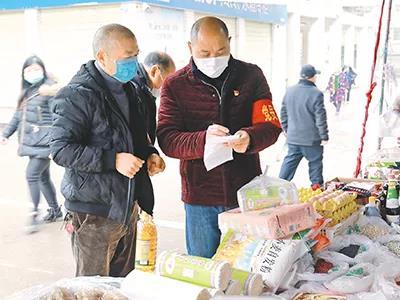 疫情期间,四川泸州市龙马潭区特兴街道走马村党员干部帮隔离群众采买生活用品。陈涛 摄
