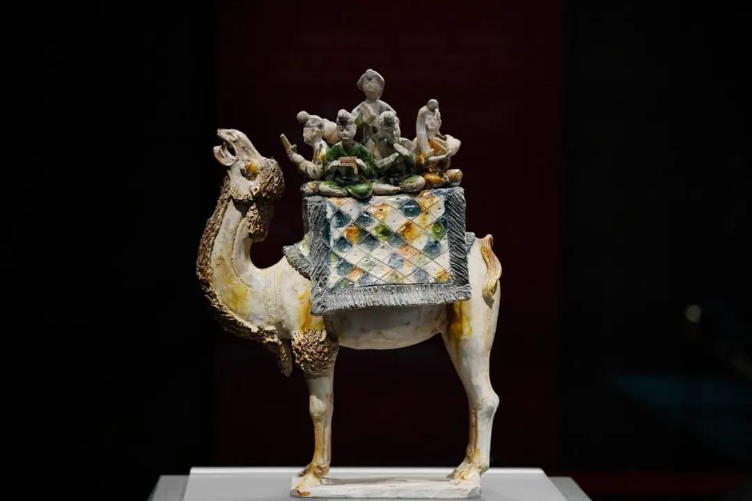 在陕西历史博物馆展出的唐三彩骆驼载乐俑(3月25日摄)。新华社记者 李一博 摄