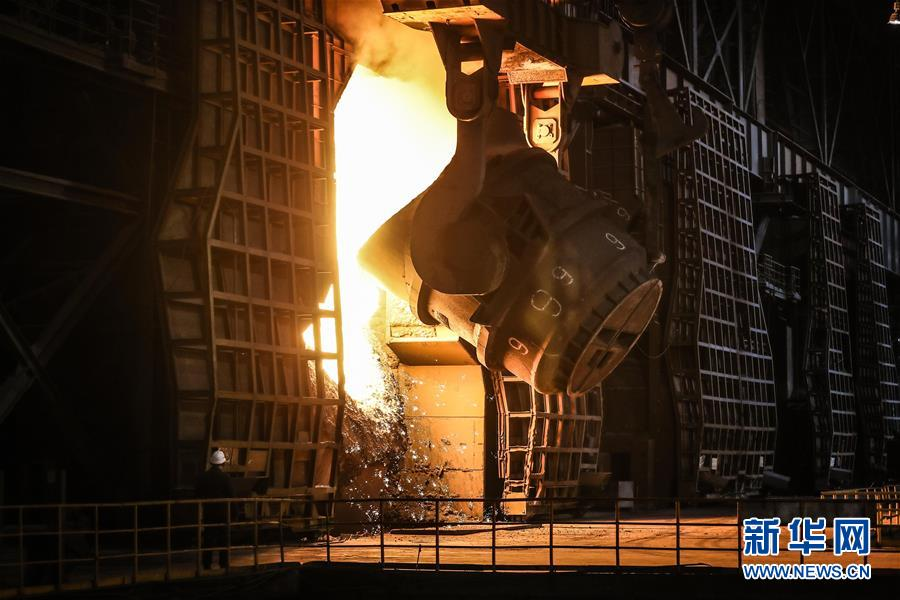 工人在鞍钢集团鞍钢股份炼钢总厂炼钢四作业区进行生产作业(2019年7月5日摄)。 新华社记者 潘昱龙 摄
