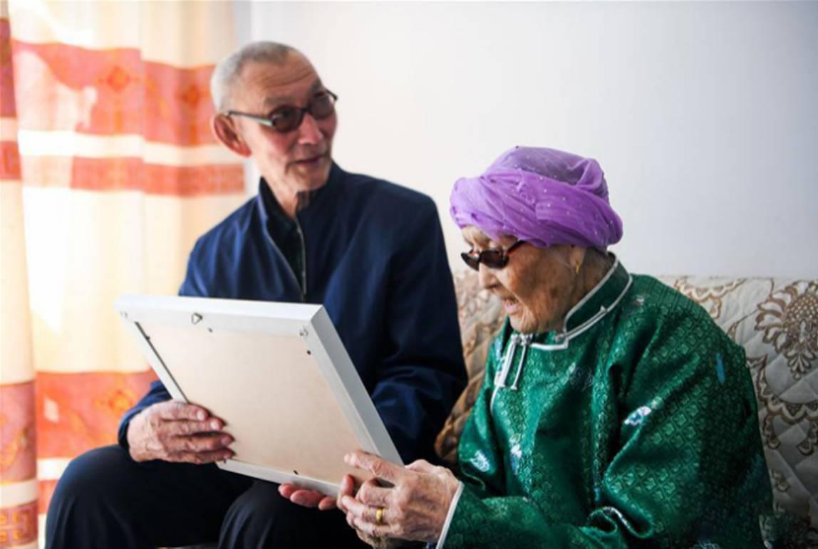 回憶起習近平總書記到她家時的情景,瑪吉格老人和老伴都難掩內心的激動。(圖片來源:新華網)