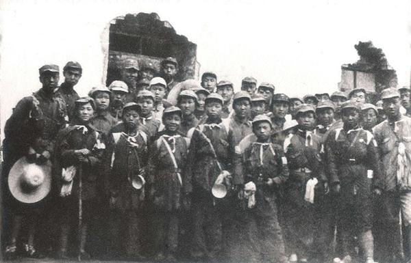"""丝瓜成版人性视频app1939年3月,张建珍(前排右三)随""""西北青年救国联合会战地工作团第二团""""赴晋东南根据地进行抗日战地鼓动工作,在山西高平全团合影。张建珍在此时此地加入中国共产党。"""