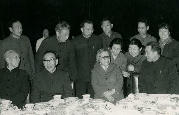 丝瓜成版人性视频app1979年,第四次中国文学艺术工作者代表大会召开,图为邓颖超、王任重、王震等中央领导与新影代表热情交谈,邓颖超身后代表为张建珍。