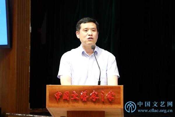《2019中國藝術發展報告》主編、中國文聯理論研究室副主任徐粵春主持會議。中國文藝網 魏康奇 攝