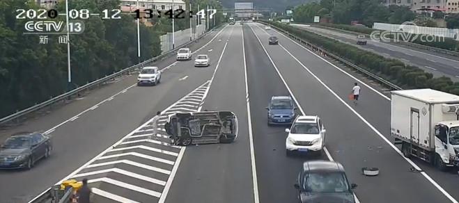 高速路上车辆侧翻 热心群众合力营救