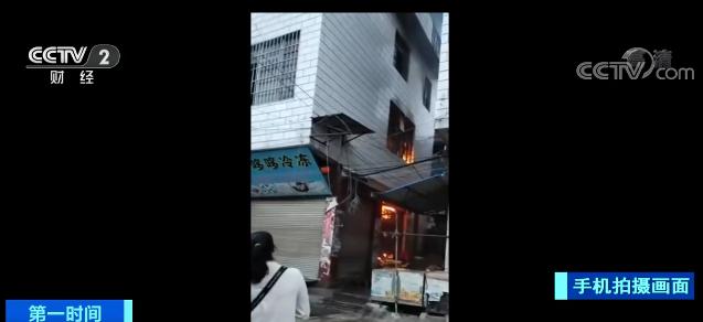 云南文山:民房起火 家长三楼抛下男童幸运脱险