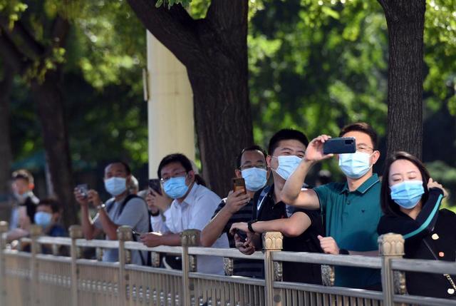 9月8日上午,国家勋章和国家荣誉称号获得者乘坐礼宾车从住地出发,在国宾护卫队的护卫下,前往人民大会堂。这是群众在沿途观看拍摄。新华社记者 陶希夷 摄