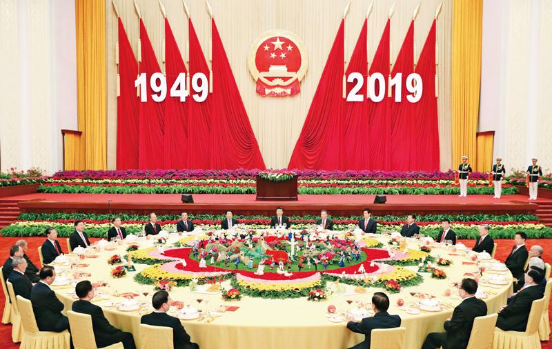 2019年9月30日晚,庆祝中华人民共和国成立70周年招待会在北京人民大会堂隆重举行。习近平、李克强、栗战书、汪洋、王沪宁、赵乐际、韩正、王岐山等党和国家领导人与4000余名中外人士欢聚一堂,共庆新中国70华诞。 新华社记者 黄敬文/摄
