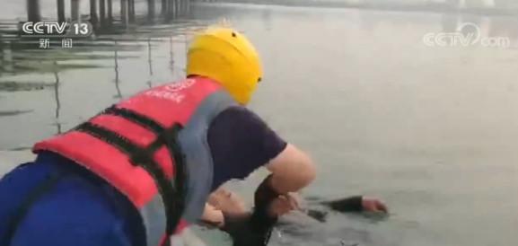 一名老人不慎落水 幸有消防员紧急救援