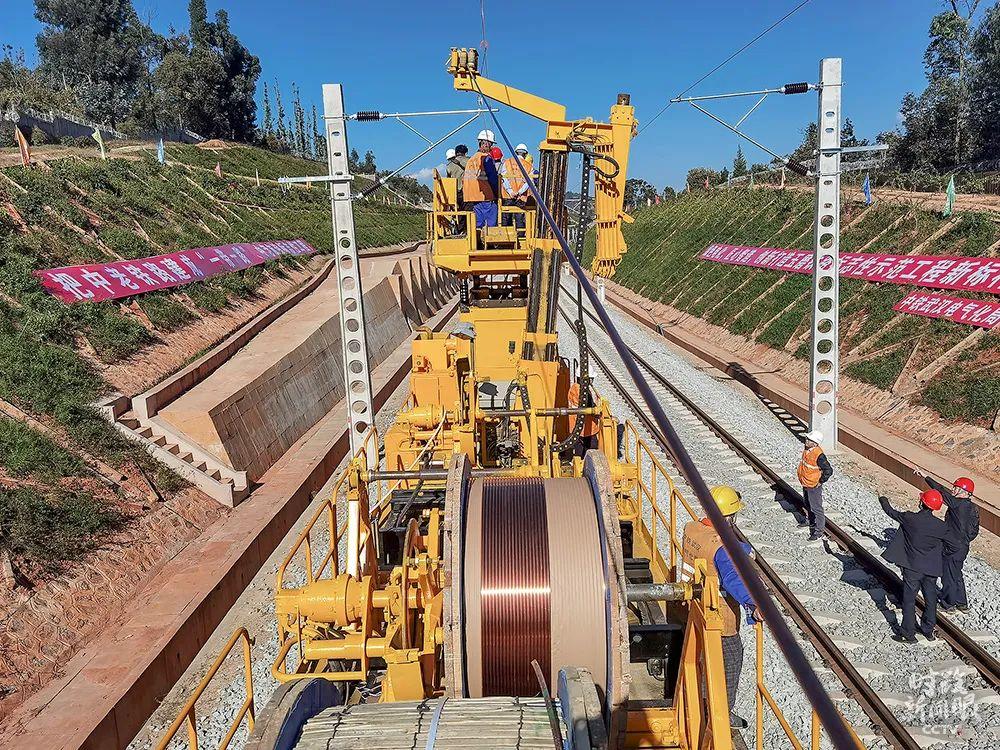 """中国老挝铁路是""""一带一路""""倡议提出后,首条全线采用中国技术标准的电气化国际铁路,近日两国开始架设电气化接触网导线。"""