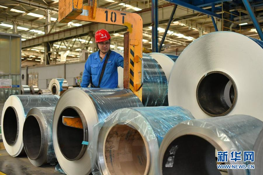 太钢集团员工在操控超薄带状不锈钢的移动设备(2019年5月24日摄)。新华社记者 曹阳 摄