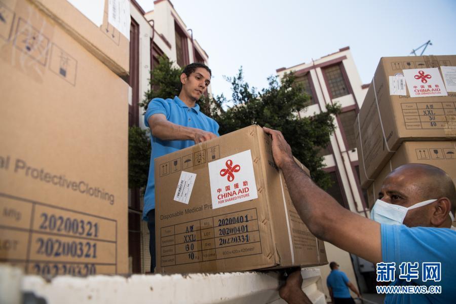 2020年5月10日,在埃及首都开罗,工作人员搬运中国政府援助的抗疫物资。新华社记者 邬惠我 摄
