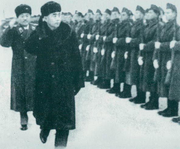 1957年1月16日,周恩来、贺龙检阅匈牙利人民军仪仗队。