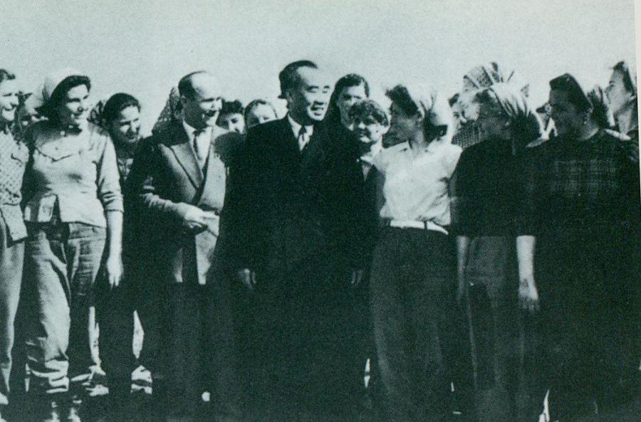 1956年1月16日,朱德参观匈牙利人民共和国拉科什恰巴米丘林农业生产合作社,并与社员合影。