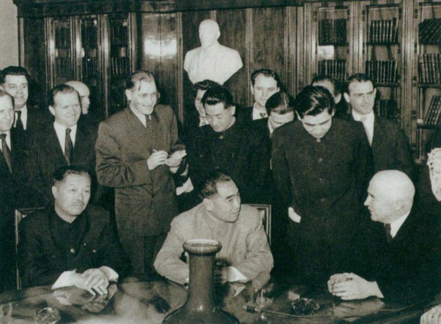 周恩来于1957年1月7日至11日和1月17日至19日访问苏联。