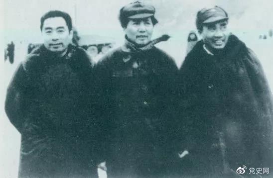1946年1月27日,周恩来由重庆飞抵延安,参加中共中央书记处会议。图为毛泽东、朱德、周恩来在机场留影。