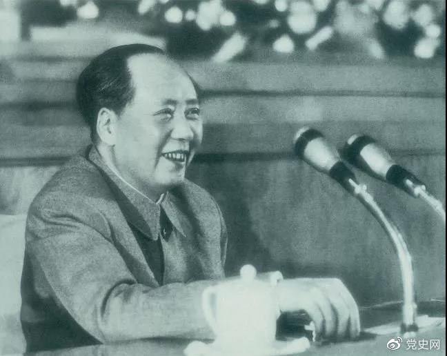1962年1月30日,毛泽东在扩大的中央工作会议上讲话。