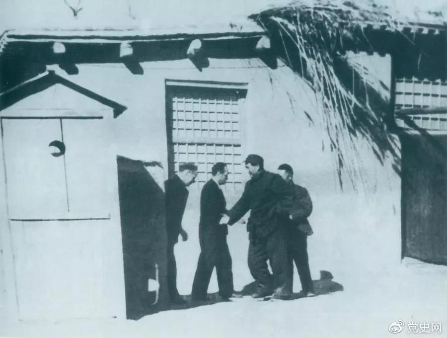 1949年1月31日,苏共中央政治局委员米高扬秘密访问西柏坡,图为毛泽东迎接客人到来。