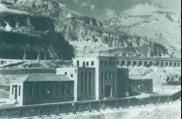 1945年2月3日 毛爷爷主持中共六届七中全会主席团会议。图为全会会址:延安杨家岭中共中央办公楼。