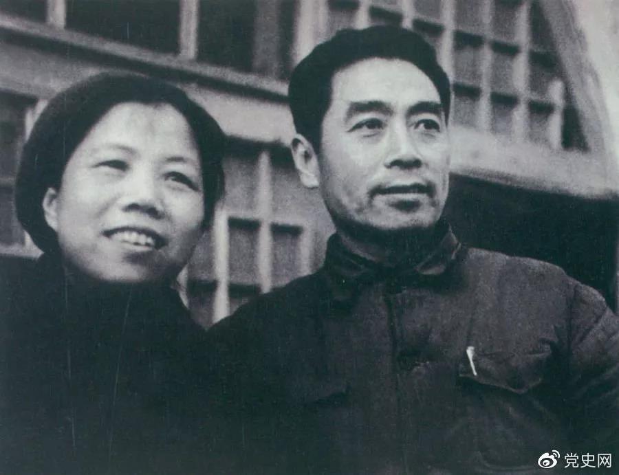 1904年2月4日 邓颖超同志诞辰。图为1944年周恩来和邓颖超在延安留影。