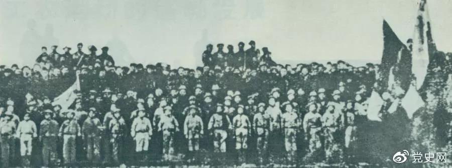1923年2月4日,京汉铁路工人举行总罢工。图为京汉铁路总工会成立大会的代表合影。